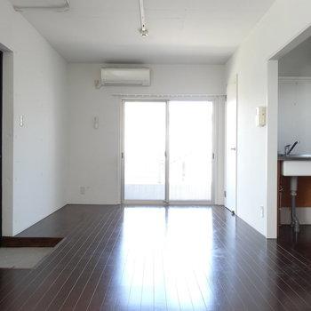 白い塗装の壁がかっこいい、シンプルワンルーム。(※写真は3階の同間取り別部屋のものです)