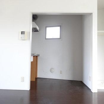 小窓で明るさもほんのり。(※写真は3階の同間取り別部屋のものです)