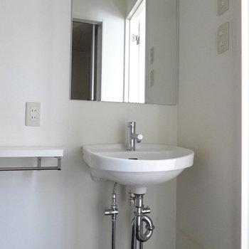 洗面も余計なものはない、THE シンプル。(※写真は3階の同間取り別部屋のものです)