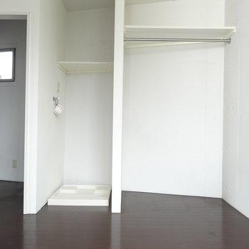 洗濯機とクローゼットはこちら。カーテン付けて隠せます。(※写真は3階の同間取り別部屋のものです)