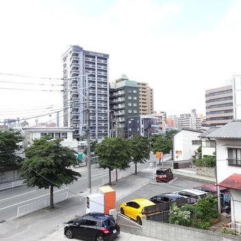 歩けばすぐに日赤通りですが、このあたりは静かな住宅地です。