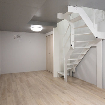 【地下洋室】こちらをリビングにしても良さそう。