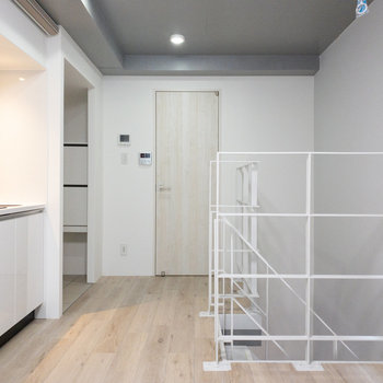 【LDK】白を基調としたお部屋です。