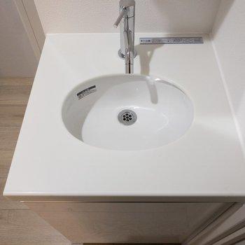 コンパクトでおしゃれな洗面台です。