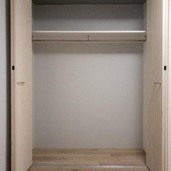 【地下洋室】服をかけて収納できますね。