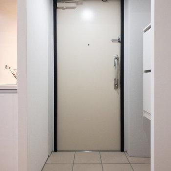 ゆとりのある玄関へ。