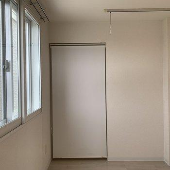 収納スペースにはロールカーテンがついているので 見せたくない収納はこの中に。
