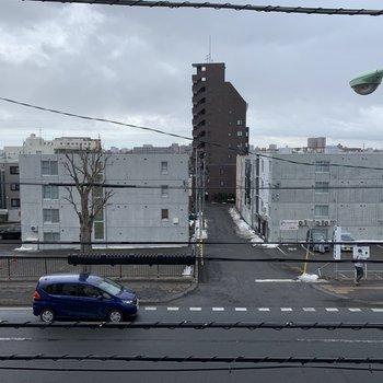 窓からの眺め。大きな通りに面しています。