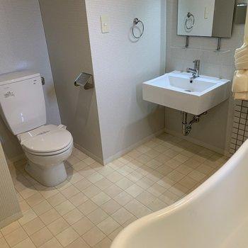 トイレは洗面台とお風呂場と同じ空間に設置されています。