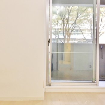 奥の洋室もシンプルな空間。(※写真は2階の同間取り別部屋のものです)