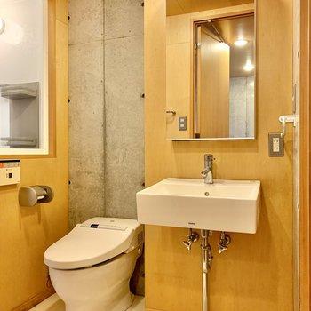 【1F】洗面台とトイレは隣り合っています。鏡後ろには化粧品などが収納可能。