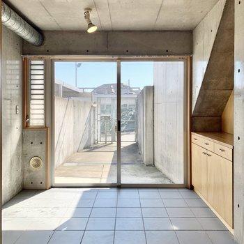 【B1】玄関扉は窓になっています。カーテンが取り付けられるので、目線対策はできますよ。