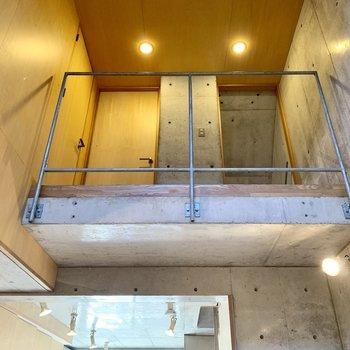 【B1】吹き抜け反対側は上の階の廊下です。なんだか冒険心をくすぐられます。