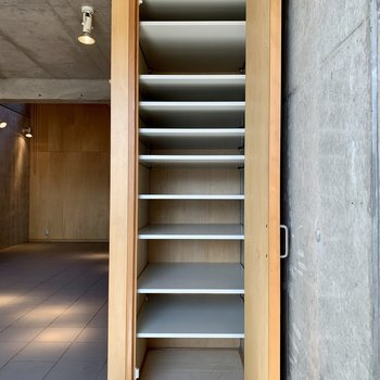 【B1】シューズボックスは棚の高さが変えられますよ。ブーツでも安心。