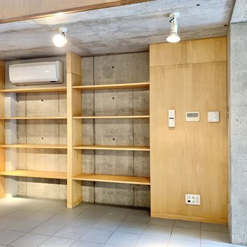 【B1】棚には本を並べたり、観葉植物を置いたり……。