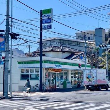 駅を出るとコンビニや飲食店がありました。