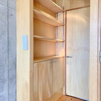 【1F】扉付近にも棚が。雑貨を並べてお部屋に個性を。
