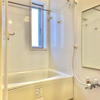【1F】浴室乾燥機付き。扉は透明なので、ちょっと広く感じます。
