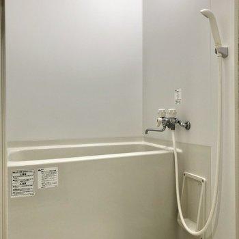 お風呂はシンプルなデザインです。