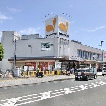 駅の東側にはスーパーや、