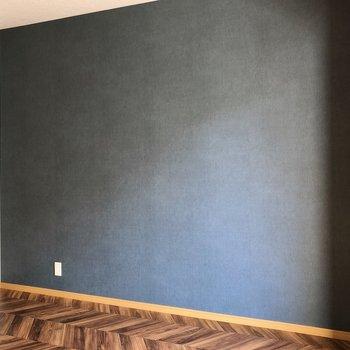 ダークブルーの壁紙が空間を引き締めてくれています。