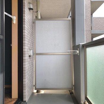 バルコニーには物干し掛けも設置されています。
