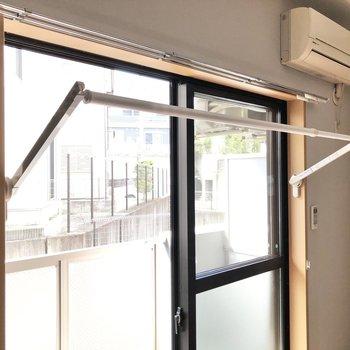 雨の日には洗濯物を窓の近くで干すことができます。