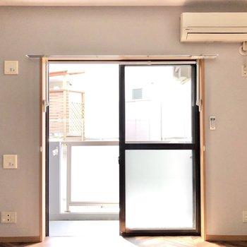 南向きの窓は光をたっぷり取り込んでくれます。