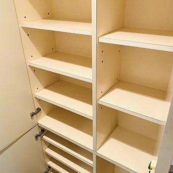 2種類の収納が一面に。履き物の他にも収納できそうです。(※写真は3階の同間取り別部屋のものです)