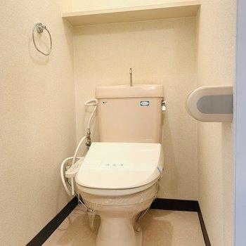 ウォシュレット付きのおトイレですよ〜。(※写真は3階の同間取り別部屋のものです)
