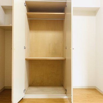 3種類の収納スペース。右部分には可愛いハンガーラックを並べてインテリアに。(※写真は3階の同間取り別部屋のものです)