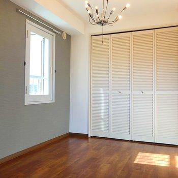 【洋室】洋室はベッドを置くには少し狭いかも…。書斎などとして活用しましょう!