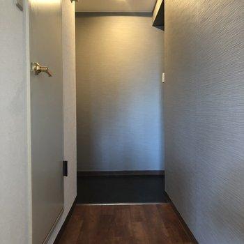 廊下をの奥が玄関。廊下もライトでいい雰囲気が出てます。