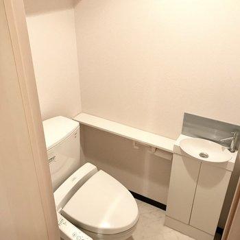 トイレには棚の他にミニ手洗い場も(※写真は4階の同間取り別部屋、清掃前のものです)