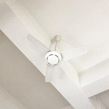 天井には素敵なシーリングファン(※写真は4階の同間取り別部屋、清掃前のものです)