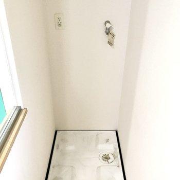 奥には洗濯機がコソッと。扉付き上部棚もありました(※写真は4階の同間取り別部屋、清掃前のものです)
