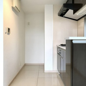 キッチンは奥に。冷蔵庫スペースもありますよ(※写真は4階の同間取り別部屋、清掃前のものです)