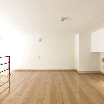ロフト広すぎ…!高さはかがんで歩くくらい(※写真は4階の同間取り別部屋、清掃前のものです)