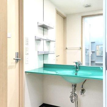 グリーンが目立つ大きな洗面台!(※写真は4階の同間取り別部屋、清掃前のものです)