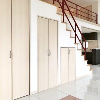 階段下のこの扉は…(※写真は4階の同間取り別部屋、清掃前のものです)