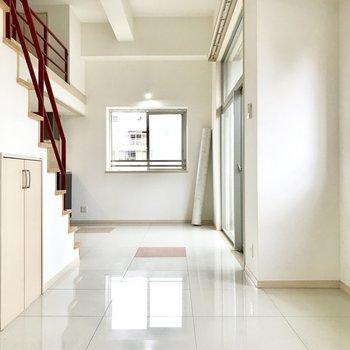 縦に長い洋室は空間作りがしやすいですね(※写真は4階の同間取り別部屋、清掃前のものです)