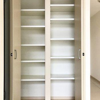 階段横にも収納。生活用品やお皿を入れてもいいなぁ(※写真は4階の同間取り別部屋、清掃前のものです)