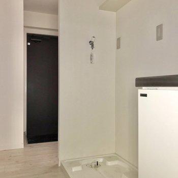 キッチンの隣には洗濯機置場。冷蔵庫はその間に置けますよ。(※写真は清掃前のものです)