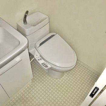 トイレはウォシュレット付きで快適。(※写真は清掃前のものです)