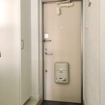 玄関はコンパクト。※写真は1階の同間取り別部屋のものです