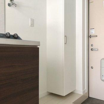 隣が洗濯機置き場。※写真は1階の同間取り別部屋のものです