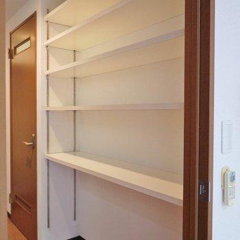 こちらの収納は幅が設定できるので、あなた好みの高さにして物を収納しちゃって下さい☆※写真は同タイプの別室