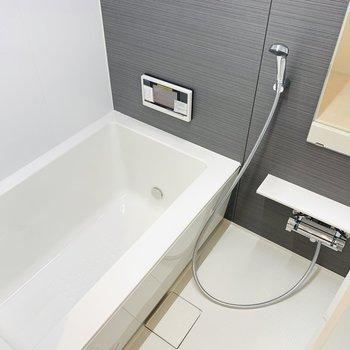 テレビの見られるお風呂でリラックス。追焚・浴室乾燥機付き! (※写真は1階の同間取り別部屋のものです)