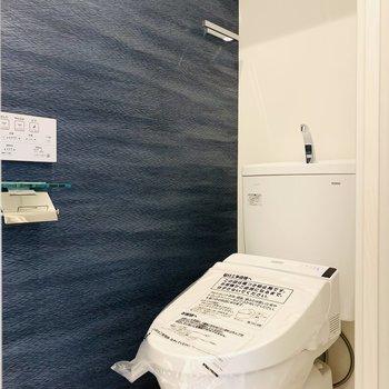 ウォシュレット付きのトイレ。(※写真は1階の同間取り別部屋のものです)