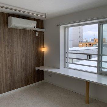 5.5帖の洋室。部屋の大きさに対して窓が大きいから明るい!